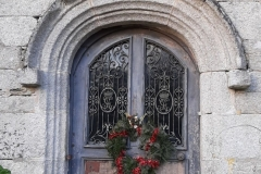 La porte du manoir avec une couronne de l'Avant