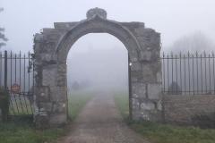 Le manoir estompé par le brouillard